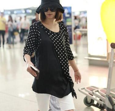 林心如在机场翻车了,穿黑色波点上衣配单车裤,秒变大妈