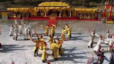 甄嬛传:安陵容跳冰嬉舞时,谁注意到果郡王在看哪?让人心疼