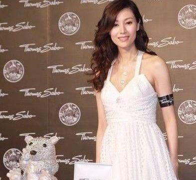 李嘉欣终是老了,白纱裙凹不出少女感,49岁的颈纹太真实