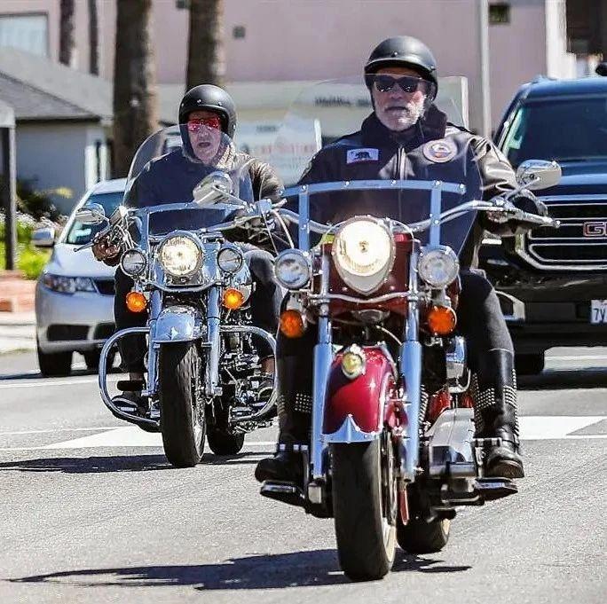 73岁施瓦辛格不低调,穿皮衣骑摩托炫酷抢眼,踩铆钉靴显硬汉本色