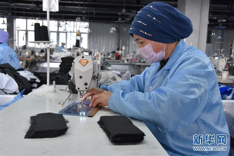 宁夏海原:扶贫车间赶制出口服装订单