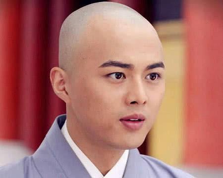他是《活佛济公》中的瘦仙童必清,如今36岁留长发,帅成韩国欧巴