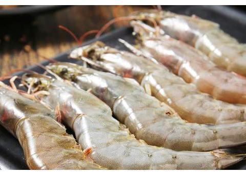 清水煮虾时,直接用水煮就大错特错了,这一步骤虾肉鲜美无腥味!