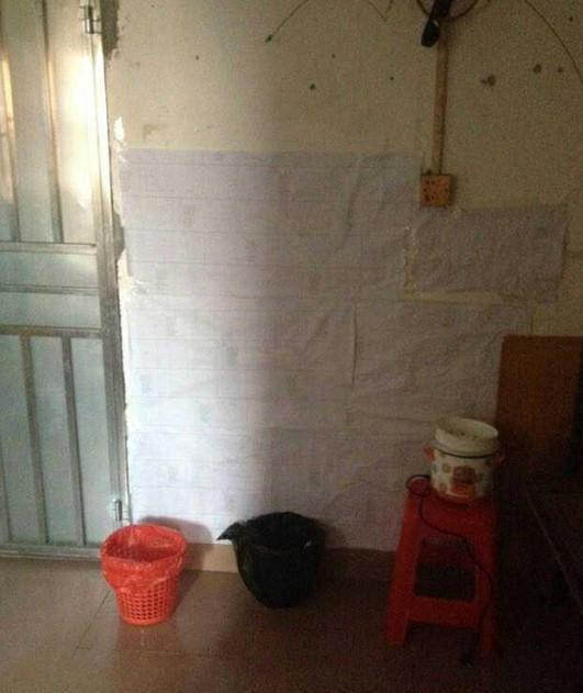 心酸!一家三口广州220元的出租房,厕所在厨房里,谁住过这种?