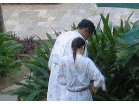 杨振宁带娇妻泡温泉!一个98岁,一个44岁,暴露这段忘年恋的真相