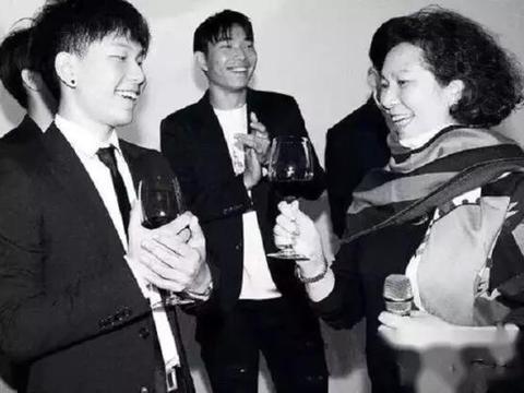 陈坤18岁儿子终究长开了,看到最后一张照片,像谁一目了然。