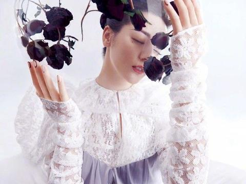 迪丽热巴最新封面大片,红裙甜笑美艳动人,人间富贵花不是白叫的
