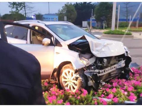 福特翼虎猛撞比亚迪秦,看到车身车主懵了:这就是国产车的安全性