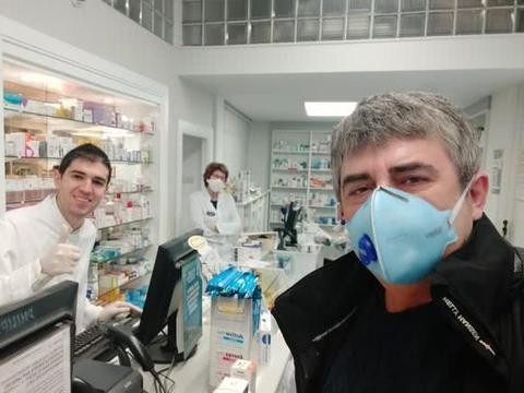 脱下球衣穿上白大褂,塞尔塔旧将为抗击疫情成为药房医生