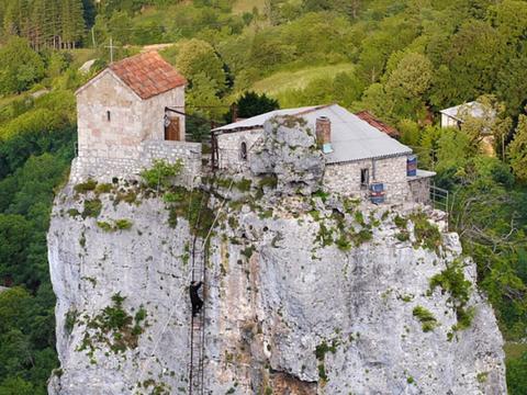 63岁老人在四十米高的岩石上定居,过着隐居的生活,令人羡慕!