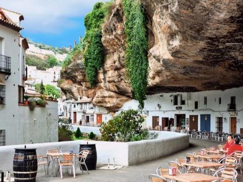 小镇被压在巨石下600多年,居民享受在此生活,却唯独害怕下雨天