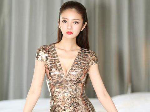 安以轩产后身材依旧少女,一条金色亮片裙深V连衣裙,阔太风十足