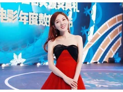 央视美女主持郭玮染一头红发,自拍下巴抢镜,33岁宛若20出头