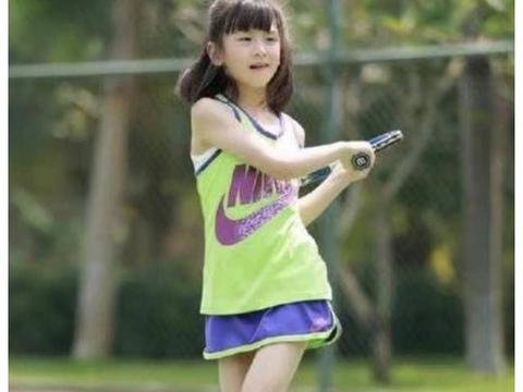 田亮晒森碟打网球照片,打网球的森碟元气满满,一副阳光少女模样