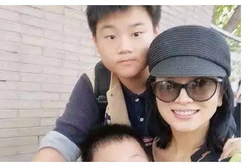 她出道22年不温不火,为父母在北京买豪宅,今嫁富商凭再次翻红