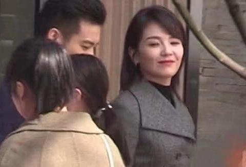 刘涛吃鸡翅舔手指超可爱,却因室外不戴口罩再惹争议