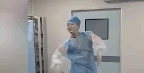 产妇筋疲力尽生不出,丈夫拒绝顺转剖,医生知道原因后气炸