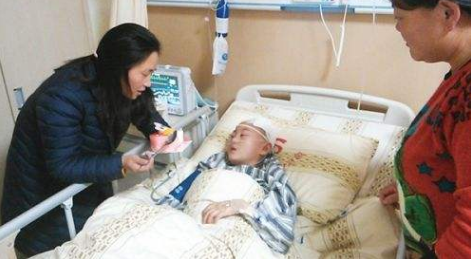 5岁孩童被金毛咬伤,全家人愤怒砸狗,哭着将金毛送进医院