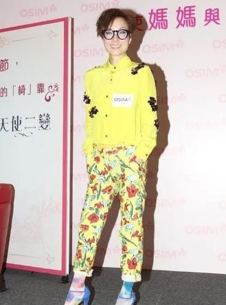 """郑秀文果然是时髦精,姜黄色西装配白色T恤,""""红色雨靴""""时髦爆"""