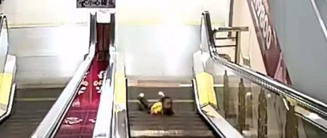男童攀爬电梯摔倒被夹断3根手指,消防破拆电梯找寻断指
