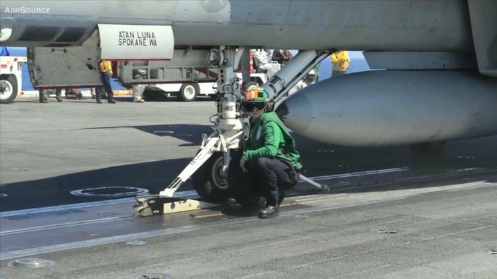 机械师指挥舰载机驶入弹射器挂载区