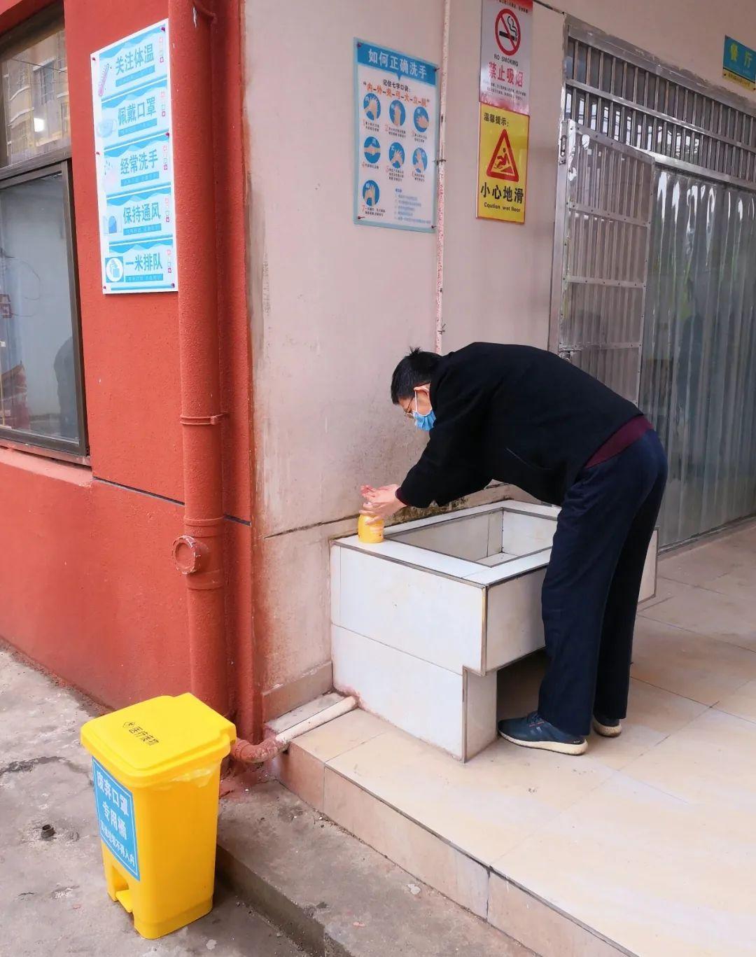 ▲图中由老师进行洗手示范