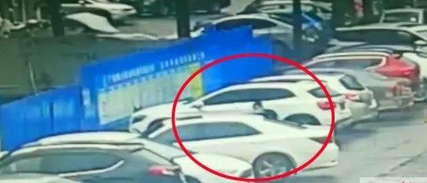 惊心动魄!江南路毒贩当街交易,民警一窝蜂冲了上去……(附视频)