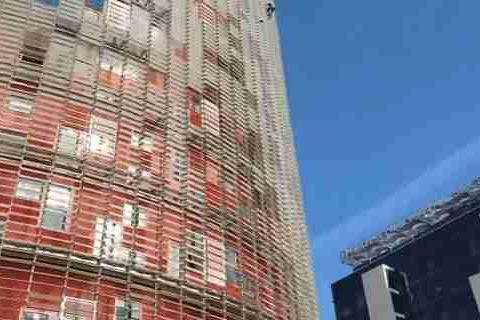 """法国""""蜘蛛侠""""为消除民众对新冠的恐惧,攀爬巴塞罗那摩天大楼"""