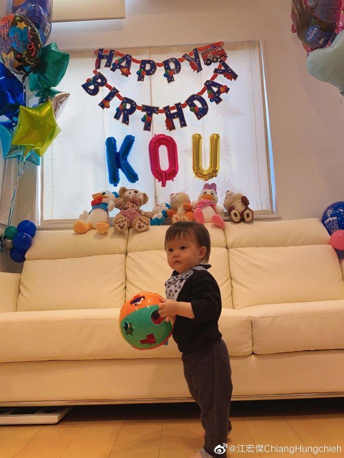 江宏杰为儿子庆祝一岁生日,晒全家福一家人开心比耶超幸福