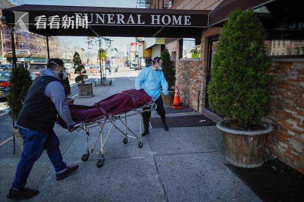 """纽约殡仪馆""""超员""""满载 老板吐苦水:店里满了无法接纳更多遗体"""