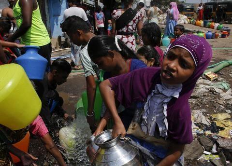 印度50度高温时,一眼看出贫富差距:富人吹空调,穷人呢