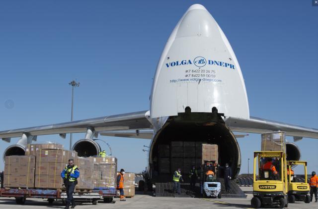 美国首次接受头号对手驰援,大飞机满载口罩降落纽约