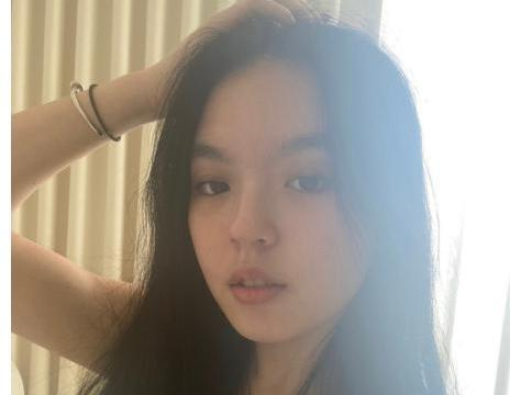 李咏哈文18岁女儿法图麦晒近照,网友:一看就是美人胚子