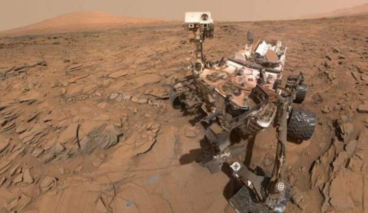 """火星上出现""""神秘生物"""",躲在岩壁缝内,科学家:也许是外星生物"""