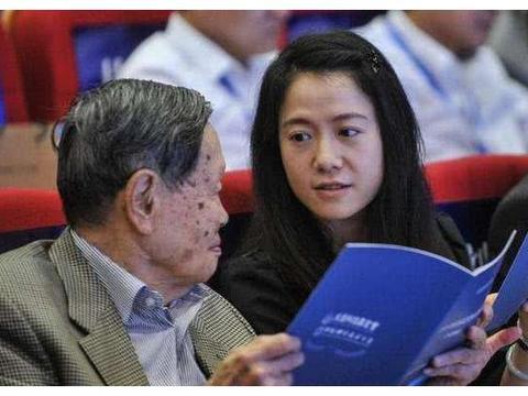 97岁杨振宁同意妻子改嫁,翁帆潸然泪下!遗产都给了谁?