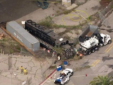 疑似发动恐怖袭击?一男子驾驶火车撞向美军舰船,FBI已介入调查