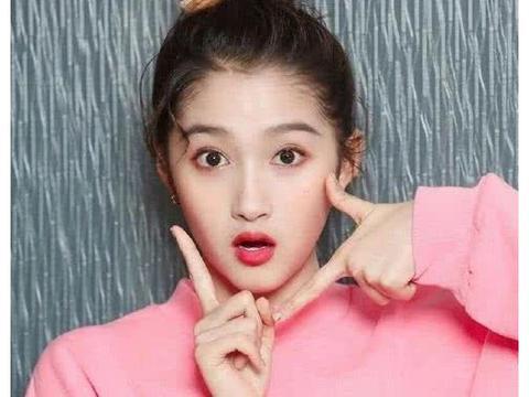 22岁关晓彤碰上38岁李小璐,两人撞衫,清纯还是网红一目了然!