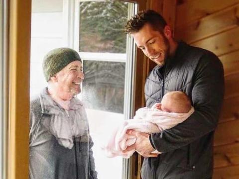 美国爷爷疫情期间步行6公里探望小孙女 隔着玻璃开心大笑