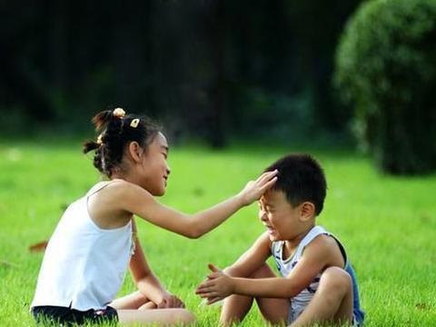 """孩子意外跌进""""开水锅"""",爷爷竟看着孙女不管,奶奶:先救孙子"""