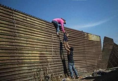 美国做梦都没想到斥百亿建造的城墙,墨西哥人用5美元的梯子攻破