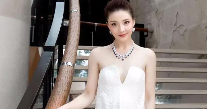 孙茜的气质从来没输过,穿白色抹胸连衣裙亮相,惊艳不止一点点