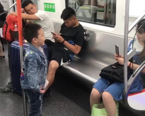萌娃地铁中为妈妈表演节目火了,一旁白衣小哥哥:好羡慕!