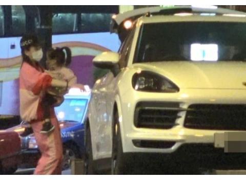 郭富城带妻女逛超市,2岁大女儿坐购物车上超粘方媛。