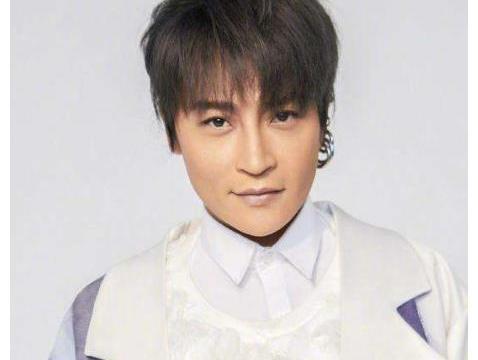 和经纪公司解约后,陈志朋再穿奇装异服惹争议,男穿女装习惯了?