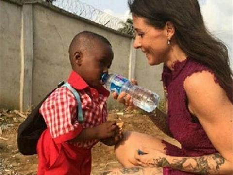 """4年前,那个濒死的非洲""""巫童"""",经好心人救助后,如今怎样了?"""