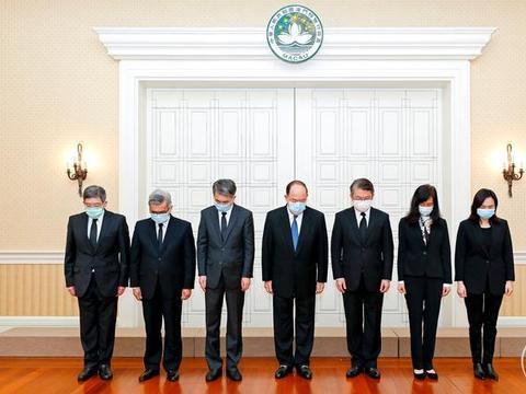 澳门行政长官率领官员为新冠肺炎疫情牺牲烈士和逝世同胞默哀