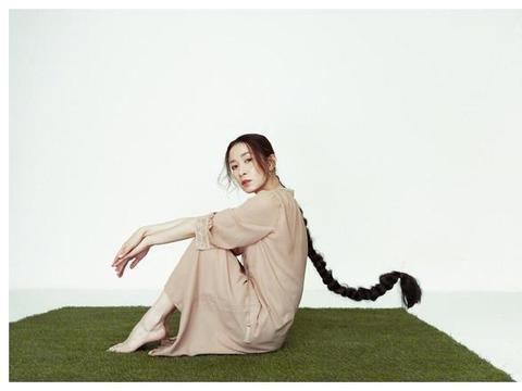 佘诗曼晒美照,身穿绿色人鱼裙尽显好身材,长长的发辫酷炫十足