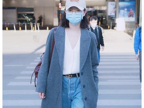 万茜身穿灰色大衣戴棒球帽现身机场,笑容甜美眼神清澈!