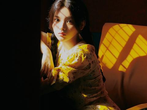 杨超越身穿黄色印花长裙,扎着两个麻花辫,充满少女清纯的气质