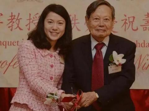 97岁杨振宁比岳父大20岁,见面不喊爸爸,3个字称呼令人称赞
